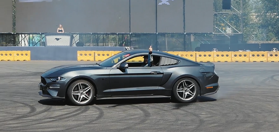如何开福特Mustang GT玩转漂移~