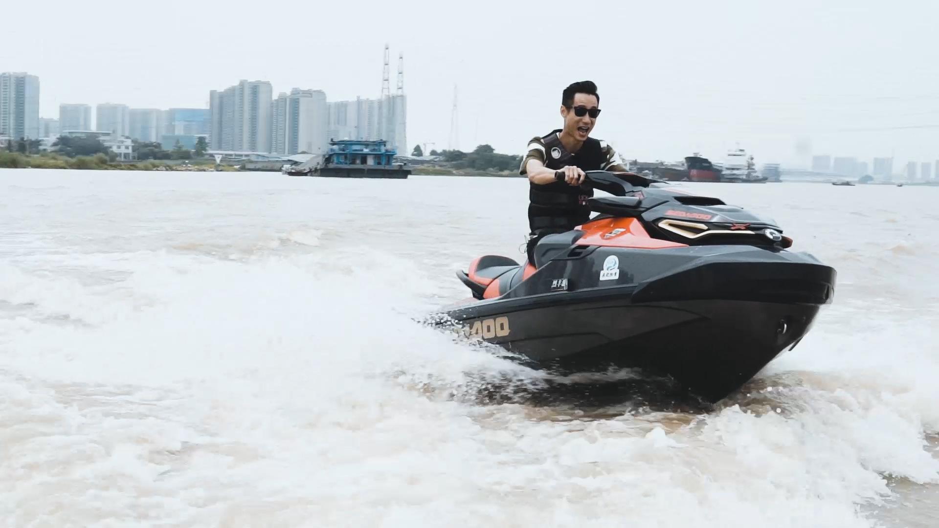袁启聪试驾庞巴迪摩托艇,300匹马力在水上飞是什么体验?